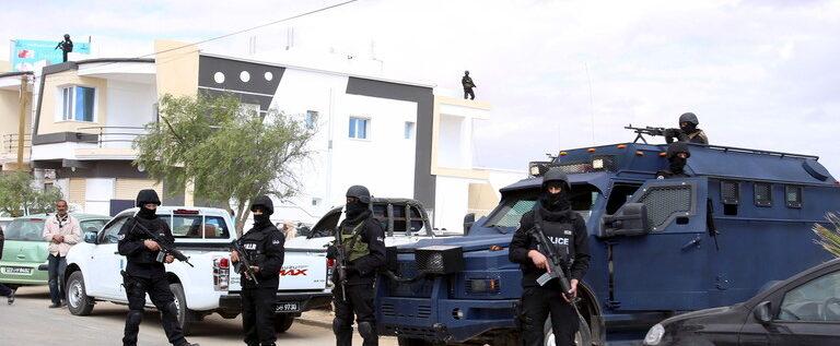 """""""الداخلية التونسية"""" تعلن إحباط مخططات إرهابية تستهدف القطاع السياحي ومقرات سيادية"""