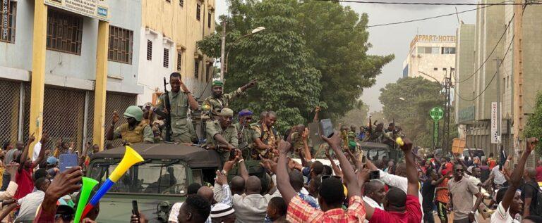 عسكريون متمردون يعتقلون رئيس مالي ورئيس الوزراء