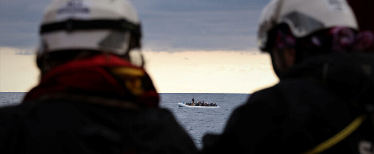 إيطاليا توافق على استقبال مهاجرين عالقين في المتوسط منذ 40 يوما