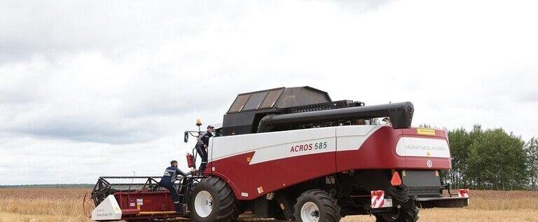 أول حصادة روسية للذرة من دون سائق تعمل في حقل زراعي
