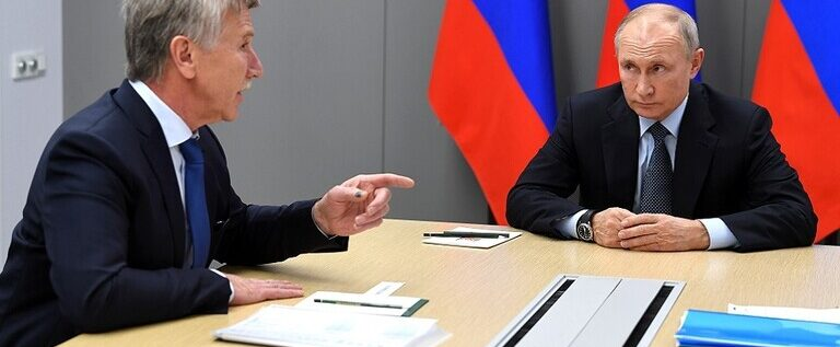 بوتين ممازحا خلال اجتماع: أضعنا ميخيلسون وأنتم مهتمون بحامل كاميرا!