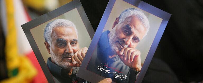 الرئيس الإيراني يزيح الستار عن طابع تذكاري خاص لقاسم سليماني