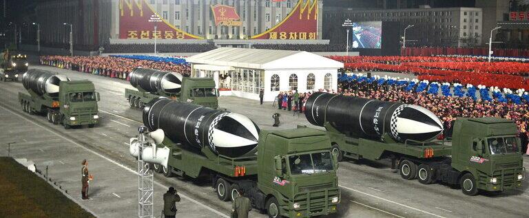 """كوريا الشمالية تعرض """"أقوى سلاح في العالم"""""""