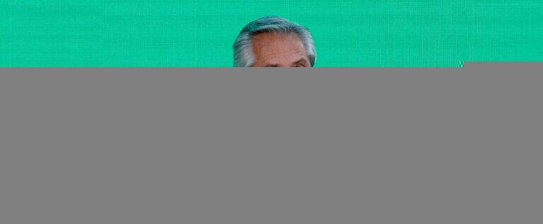 """رئيس الأرجنتين يتلقى الجرعة الأولى من لقاح """"سبوتنيك V"""" الروسي ضد كورونا"""