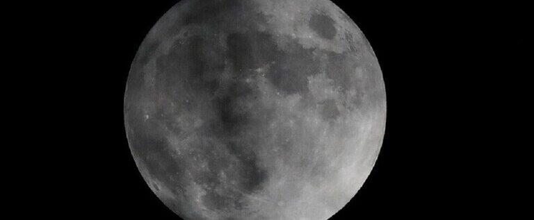 رصد ظاهرة نادرة للقمر محاطا بهالة قوس قزح سماوي