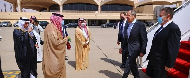 لافروف يصل إلى السعودية بعد يوم من محادثات أجراها بن سلمان مع مسؤول روسي كبير بشأن سوريا