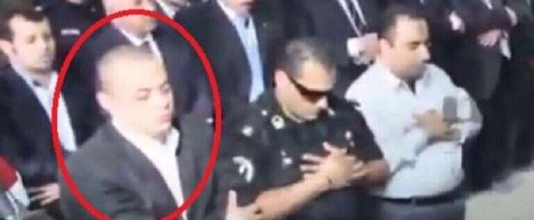 """مصر.. """"الضابط الخائن"""" يمشي في جنازة صديقه الضابط في الأمن الوطني (صورة)"""