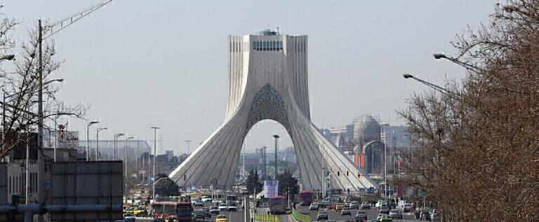 سلطات إيران تحظر مغادرة 20 شخصا من البلاد واستقالة مسؤول بعد تسريب تصريحات ظريف