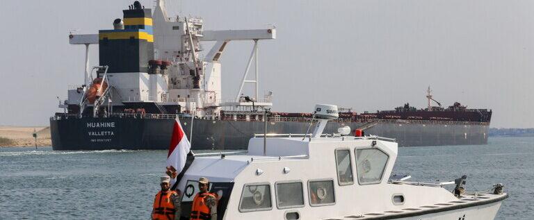 هيئة قناة السويس تعلن الاقتراب من إتمام عبور كل السفن المتأخرة في المجرى الملاحي