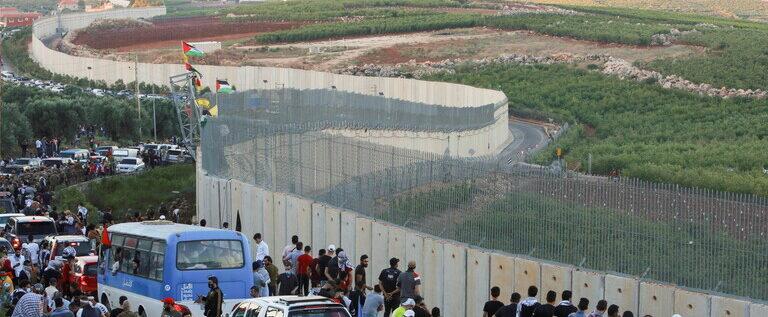 القاء قنبلة دخانية على المتظاهرين عند حدود بلدة العديسة اللبنانية من قبل الجيش الإسرائيلي …