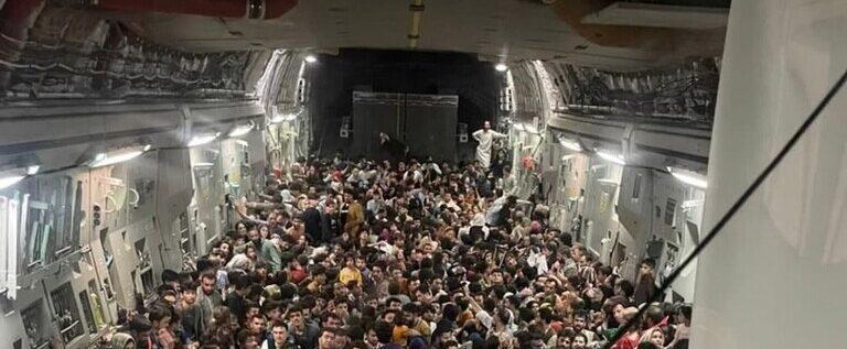 بالصورة.. طائرة أمريكية مكتظة بمواطنين أفغان هربا من طالبان