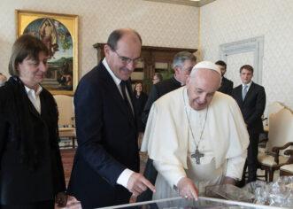 """صورة: """"قميص ميسي"""" هدية استثنائية للبابا فرانسيس"""
